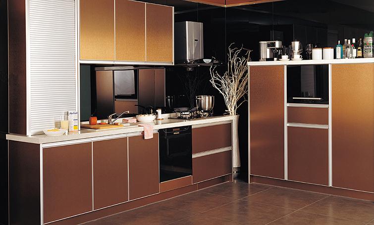 消费者范女士认为,橱柜台面设计成统一的高度很不实用,如果设计